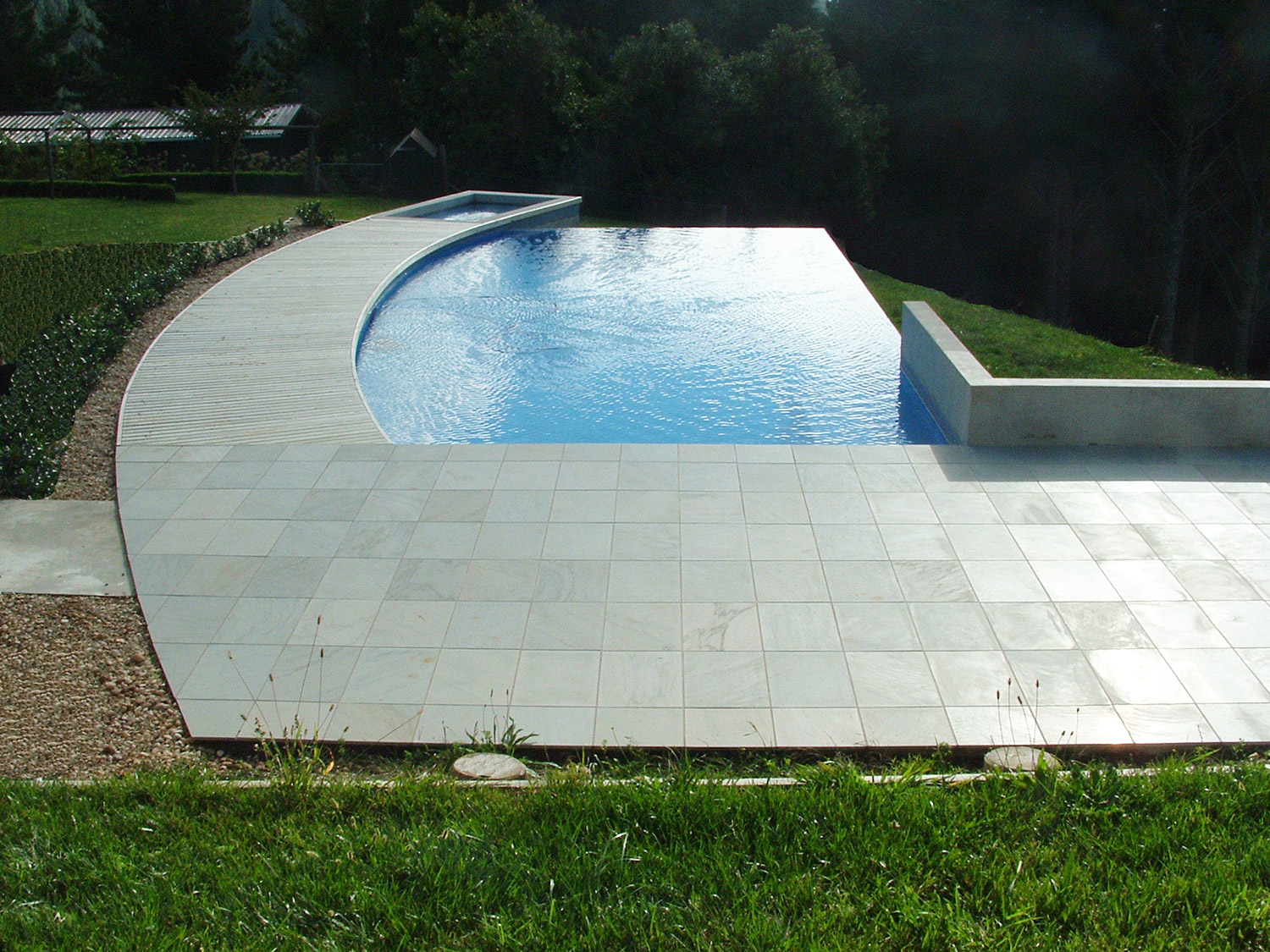 Swimming and spa pool wet edge design